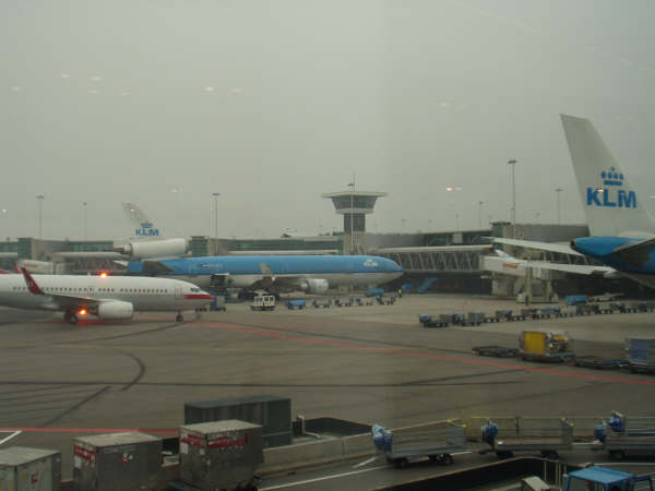 スキポール空港は大好きです。免税店も広いし、スタッフがフレンドリーだし