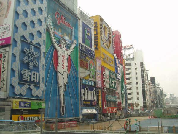 道頓堀。阪神ファンはここから飛び込むんですね。