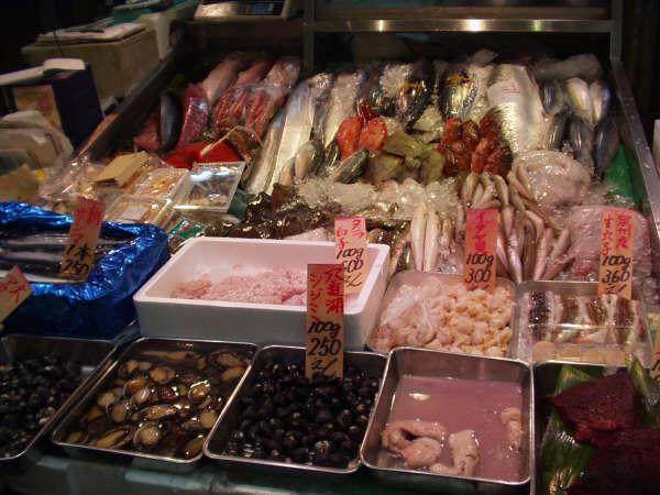 黒門市場魚屋。こういう新鮮な魚があるってことがうらやましい