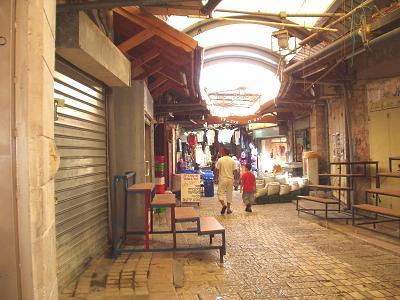 アッコー旧市街の市場。早すぎで地元の人しかいない