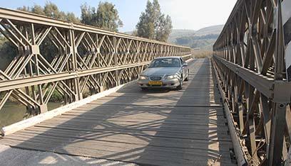 すっごい渡り難い橋です。橋の板がガンガン鳴ってうるさいし