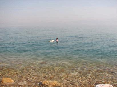 Hesh坊、死海に浮く