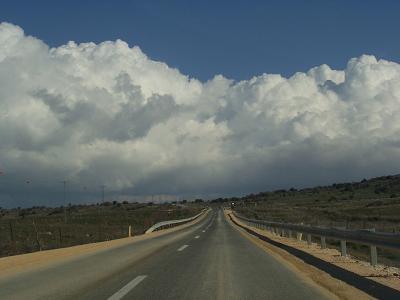 ゴラン高原。この道、本来なら目の前がヘルモン山なんですけれど、今日は厚い雲で覆われています