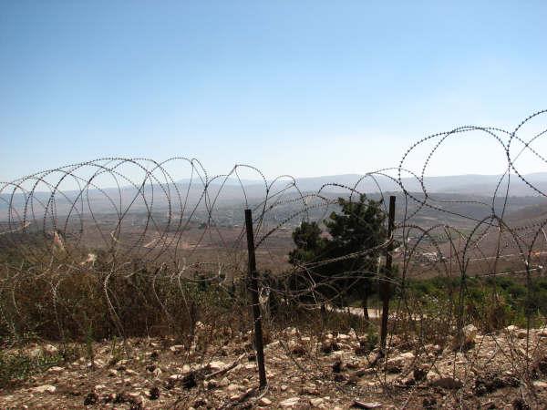 鉄条網の向こうはレバノンです・・・