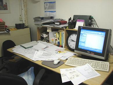 事務所内部。写真で取るとちょっとはちゃんとしていそうだけど、実際に見ると恐ろしい