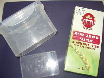 豆腐を固める容器と、イ国で売っている豆乳